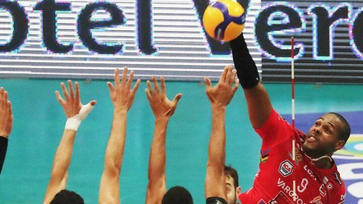 Leal faz 24 pontos e comanda vitória do Civitanova na Itália